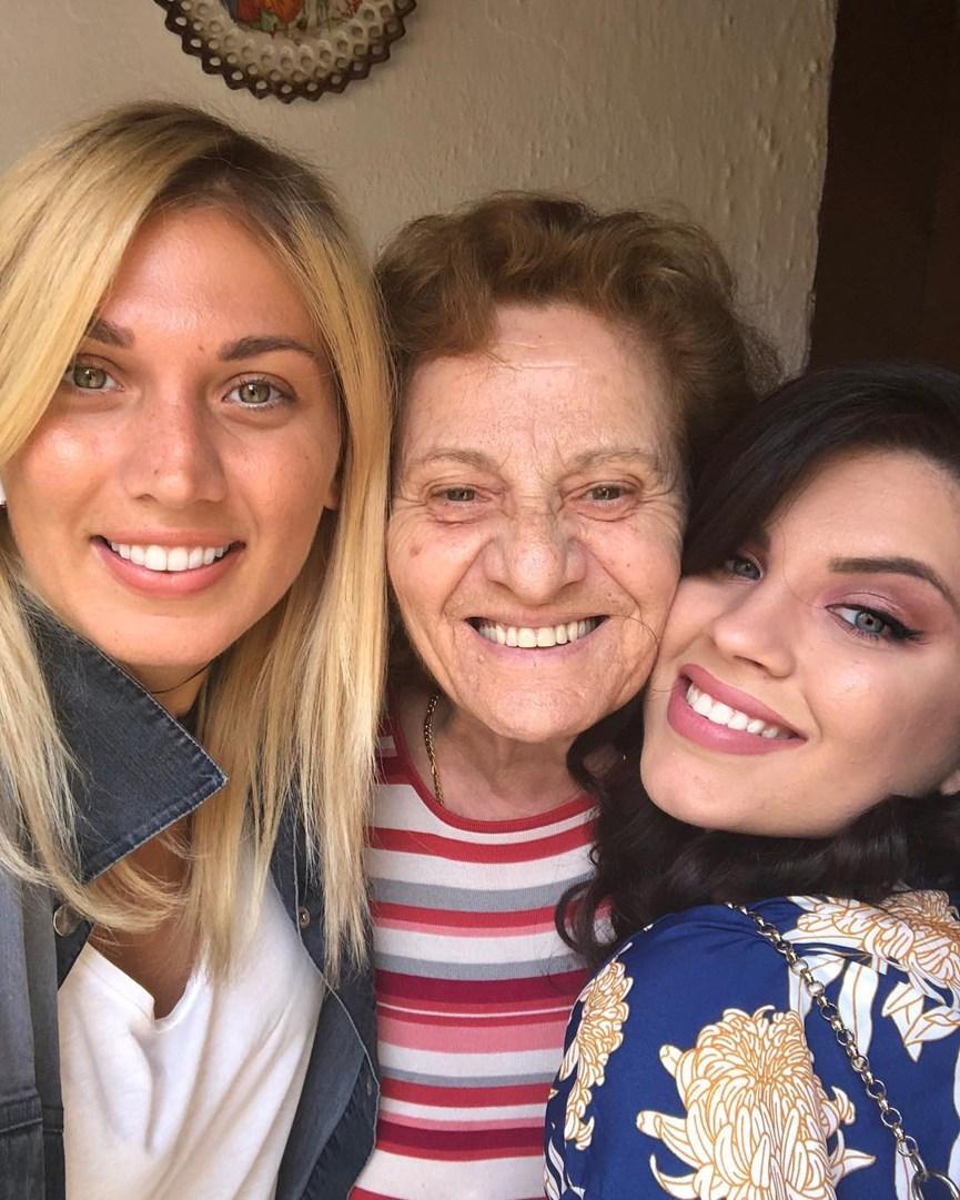 Η Κωνσταντίνα Σπυροπούλου με την οικογένειά της.